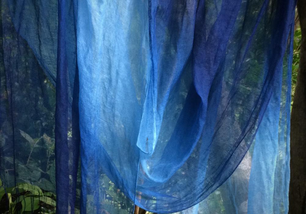絹麻スカーフの藍染ぼかし